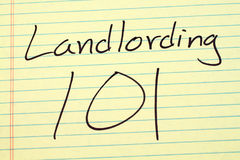 在一本黄色便笺簿的Landlording 101 免版税库存照片