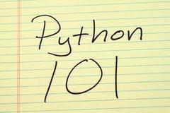 在一本黄色便笺簿的Python 101 免版税库存照片
