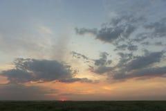 在一朵光亮云彩的美好的晚上日落 库存照片