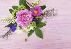 在一朵桃红色木背景茉莉花的玫瑰美好的花束框架设计,木兰 免版税库存图片