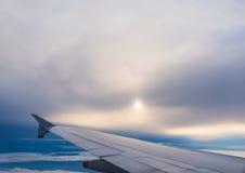 在一朵灰色云彩下的翼 库存图片