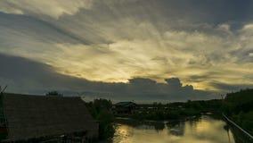 在一朵移动的云彩后的时间间隔日落 给在沼泽上的美好的金黄光 影视素材