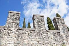在一朵蓝天和云彩前面的中世纪城堡 库存照片