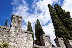 在一朵蓝天和云彩前面的中世纪城堡 免版税库存照片