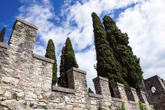 在一朵蓝天和云彩前面的中世纪城堡 免版税图库摄影