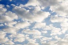 在一朵蓝色云彩的卷云风化白色 库存照片