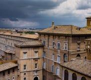 在一朵黑暗的云彩下的罗马 库存照片