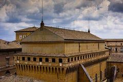 在一朵黑暗的云彩下的罗马 免版税库存图片
