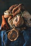 在一束的干甜无花果在织品的谎言用桂香 库存照片
