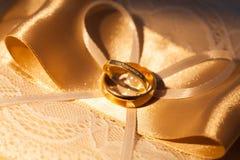 在一条丝带的婚戒与弓 免版税库存图片