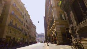 在一条中央街道的乘坐的自行车在罗马pov FDV 股票视频