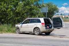 在一条乡下公路的公路事故在天桥和稀土之间 库存图片