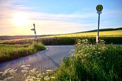 在一条乡下公路的汽车站在日落 免版税库存照片
