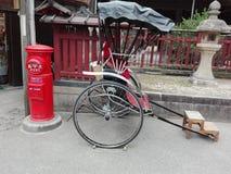在一条传统京都街道上的人力车 库存图片