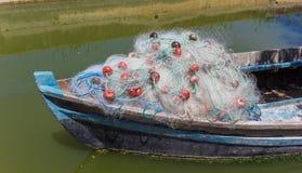 在一条传统木小船的弓的捕鱼网在手掌的El的 免版税库存图片