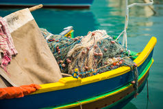 在一条传统Marsaxlokk小船的捕鱼网 库存照片