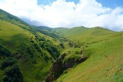 在一条供徒步旅行的小道的山脉从Stepantsminda到继续Gergeti的冰川在乔治亚登上Kazbek 库存图片