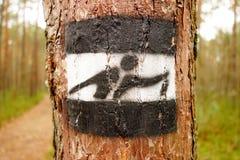 在一条供徒步旅行的小道的航海标志 库存图片