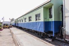 在一条公开泰国火车铁路的来路不明的飞机之间 库存照片