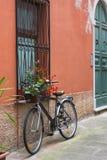 在一条典型的意大利狭窄的街道的老自行车身分,Portovenere,意大利 免版税库存图片