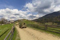 在一条农村路的老SUV carpathians 免版税库存图片