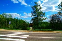 在一条农村高速公路的一条无条理的行人交叉路 库存图片
