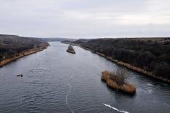 在一条冷却的河的线船 免版税库存照片
