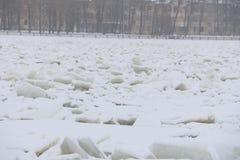 在一条冻河的降雪 免版税库存图片