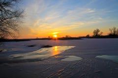 在一条冻河Dnieper的日落在冬天 免版税库存图片