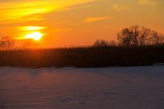 在一条冻河Dnieper的日落在冬天 图库摄影