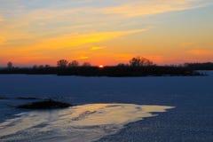 在一条冻河Dnieper的日落在冬天 库存图片