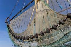 在一条历史的小船的捕鱼网在Greetsiel 库存图片