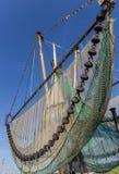 在一条历史的小船的捕鱼网在Greetsiel 免版税图库摄影
