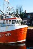 在一条古苏格兰运河锁的小船 免版税库存照片
