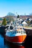 在一条古苏格兰运河锁的小船 库存照片