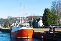 在一条古苏格兰运河锁的小船 库存图片