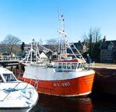 在一条古苏格兰运河锁的小船 免版税图库摄影
