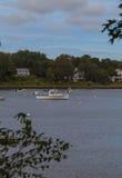 在一条古雅鳕鱼角水路停住的小船 库存图片