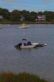 在一条古雅鳕鱼角水路停住的小船 库存照片
