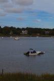 在一条古雅鳕鱼角水路停住的小船 免版税库存照片