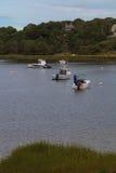 在一条古雅鳕鱼角水路停住的小船 免版税库存图片