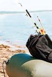 在一条可膨胀的小船的捕鱼装置在钓鱼以后 库存照片