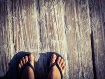在一条含沙木板走道的脚 免版税库存图片