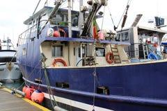 在一条商业捕鱼业小船上在阿拉斯加 免版税库存照片