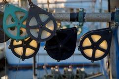 在一条商业捕鱼业小船的由后面照的滑轮根据落日发光 免版税库存照片