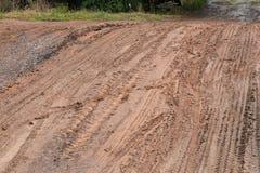 在一条土路的轨道在乡下 免版税库存照片