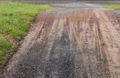 在一条土路的轨道在乡下 图库摄影