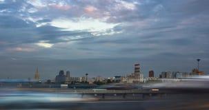 在一条城市街道上的交通在日落 库存照片