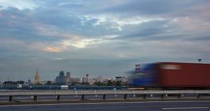 在一条城市街道上的交通在日落 免版税库存图片