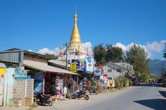 在一条城市街道上的佛教寺庙在一个晴朗的下午 缅甸 免版税库存照片